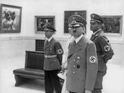 Als Kunstliebhaber setzte Hitler sich gern in Szene: Hier 1939 mit Propagandaminister Joseph Goebbels (links) bei der Eröffnung der Grossen Deutschen Kunstausstellung. (Bild: ky/Scherl)