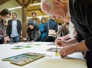Nach den statuarischen Geschäften: Vereinsmitglieder bemalen kleine Quadrate für ein Bildschule-Frauenfeld-Kunstwerk. (Bild: Mathias Frei)