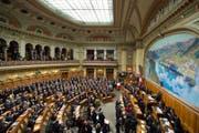Sicht in den Nationalratssaal während den Bundesratswahlen im Dezember 2015. (Bild: PETER SCHNEIDER (KEYSTONE))