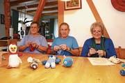 Unermüdlich stricken und häkeln Elsbeth und Bruno Mercoli aus Sevelen sowie Hildegard Kaiser-Stücheli aus Gams (von links) «Tröschterli» für Kinder. (Bild: Corinne Hanselmann)