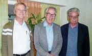 Das neugewählte Vorstandsmitglied Urs Steppacher mit Präsident Peter Pauli und dem abtretenden Aktuar Hansruedi Brüni. (Bild: PD)