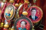 Unter Xi Jinping wird ein Personenkult zelebriert, wie es ihn zuletzt unter Revolutionär Mao Zedong gab: Anhänger in einem Souvenirladen in Peking. (Bild: Roman Pilipey/EPA (26. Februar 2018))