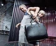 Ohne Tasche geht bei Anne (Anja Tobler) nichts. Holger (Oliver Losehand) stört bloss zwischen Büro und Homeoffice. (Bild: Tine Edel)