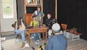 Conni Stüssi schaut den Jugendlichen beim Proben zu. In der Komturei-Beiz spielt die erste Szene des Theaterstücks. (Bilder: Simon Roth)