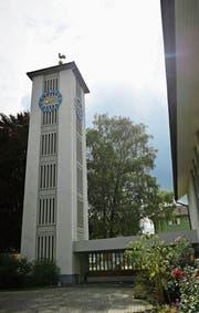 Der evangelische Kirchturm wurde 1954 erbaut. Am Montag starten die Sanierungsarbeiten. (Bild: Jil Lohse)