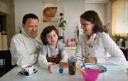 Caroline und Marco Ubieto versuchen ihrer Tochter Vivian das Essen schmackhaft zu machen. (Bild: Ralph Ribi)