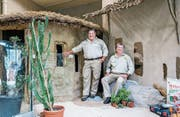 Ton in Ton: Der ehemalige Verwaltungsratspräsident Paul Scheiwiller und Zoodirektor Ernst Federer (rechts) vor der Rundhütte im neuen Savannenhaus. Die Hütte wird künftig dem Wüstenfuchs als Stall dienen. (Bild: Jil Lohse)