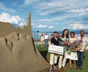 Die glücklichen Sieger: Karlis Ile und Maija Puncule (Mitte) aus Lettland.