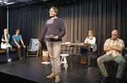 Die fünf Schauspielerinnen und Schauspieler der Fabriggli-Eigenproduktion arbeiten am Feinschliff. (Bild: Ralph Ribi)