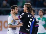 Zwei Ostschweizer in gegnerischen Teams: St.Gallens Tranquillo Barnetta (links) und Basels Michael Lang. (Bild: EDDY RISCH (KEYSTONE))