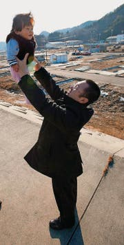 Leben nach der Katastrophe: Mann mit Tochter in Fukushima. (Bild: epa/Kimimasa Mayama)