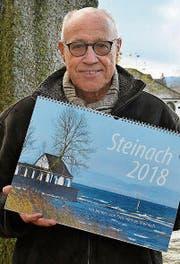 Der Steinacher Fritz Heinze präsentiert seinen Kalender 2018. (Bild: PD)