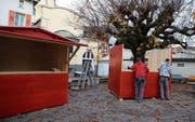 Mitarbeiter der Goldacher Firma Eilinger Holz AG stellen die neuen Holzhäuschen auf dem Lindenplatz auf. (Bild: Jolanda Riedener)