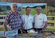 Hansjürg Hörler, Ernst Graf und Jakob Oertle (von links) freuen sich über die neuen Infotafeln. (Bild: Martin Brunner)