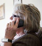 Am Telefon können Seniorinnen und Senioren «falschen Polizisten» oder der «Enkeltrickmasche» zum Opfer fallen. (Bild: Christopher Clem Franken/Fotolia)