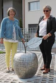 Lilian Schlauri (links) und Rita Egli freuen sich über das Kunstobjekt. (Bilder: Ernst Inauen)