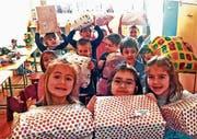 Freudig empfangen: Weihnachtspakete vom Bodensee in einem Kindergarten in Rumänien. (Bild: PD)