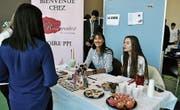 Kreativ: Die Schülerinnen wollen mit Süssigkeiten und Kosmetika Käufer anlocken. (Bild: Patricia Hobi)