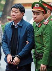 Ex-Politbüromitglied Dinh La Thang auf dem Weg zum Gericht in Hanoi. (Bild: EPA (8. Januar 2018))