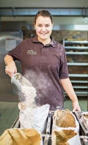 Die angehende Bäckerin Rebekka Bürgi in der Backstube. (Bild: Thi My Lien Nguyen)