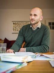 Valentin Huber mit seinen Gesetzesbüchern und Unterlagen. (Bild: Reto Martin)