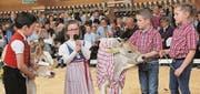 Die Jungzüchter bekommen für ihre Vorstellung ihrer Kälber in Reimen viel Applaus.
