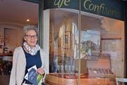 Silvia Berlinger zeigt im elterlichen Café Bilder ihres Bruders Bruno Berlinger. (Bild: Carola Nadler)