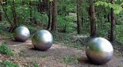 Die Gedenkstätte für die 71 Opfer des Flugzeugabsturzes vom 1. Juli 2002 in Überlingen besteht aus einer zerrissenen Perlenkette in Form von sieben grossen und kleinen Edelstahlkugeln, die an einem Waldrand an die Toten erinnert. (Bild: Keystone/Walter Bieri)