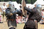 Ritter messen sich im Schwertkampf. (Bilder: Christof Lampart)