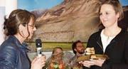 Esther Näf (rechts) nimmt als erste «Samariterin des Jahres» aus der Hand von Regierungsrätin Heidi Hanselmann die Auszeichnung entgegen. (Bild: Heidy Beyeler)