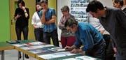 Silvano Colombo von der Schule für Gestaltung schreibt die Kommentare der Kommissionsmitglieder zu den letzten sechs Plakatentwürfen auf. (Bilder: noe)