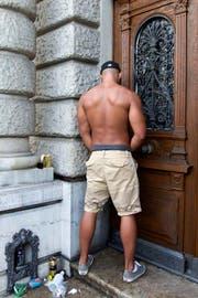 U wie Urin: Übelriechende Hinterlassenschaft der Raver. Je länger der Umzug dauert, desto schwerer fällt es vor allem männlichen Exemplaren, ihr Geschäft auf Toiletten zu verrichten. Da werden auch die 100 zusätzlichen WC-Anlagen nur ein (Urin-)Tropfen auf dem heissen Asphalt bleiben. Die städtischen Reinigungsdienste sind gewappnet: Sie schwärmen Montag und Dienstag aus, um nach dem Prinzip «immer der Nase nach» einen Duftspray zu versprühen. Dann riecht jeweils die halbe Stadt nach Zitrone. (Bild: Keystone)
