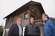 Die Remise beim Restaurant Krone, Lenggenwil, wird bald im Ballenberg zu sehen sein. Hugo Jung und Herbert Meienhofer von der Krone Lenggenwil GmbH sowie Rolf Högger, Dorfbühne Lenggenwil, freuen sich darüber. (Bild: Zita Meienhofer)