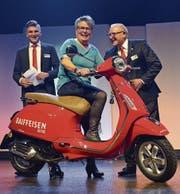 Kundenberater Sandro Koster als Glücksfee, Marliese Engeli als Vespa-Gewinnerin und Edgar Meier als erster Gratulant. (Bild: Sara Carracedo)