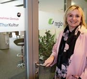 Anne Rombach-Jung auf dem Weg ins Büro. Die Geschäftsstelle der Regio Wil im Rail Center Wil beherbergt auch die Geschäftsstelle von Thurkultur und eine Niederlassung des Jung-Unternehmer-Zentrums. (Bilder: Hans Suter)