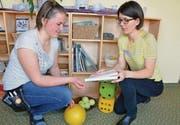 Elvira Tischhauser (rechts) erklärt der Lernenden Selina Ledermann die Materialien für die Aktivierung. (Bild: ker)