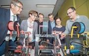 Auch die Funktionsweise eines 3D-Druckers gehört zum Lernangebot für besonders Begabte. Von links: Amtschef Beat Brüllmann, Regierungsrätin Monika Knill, Rektor Stefan Schneider, Rektor René Strasser und die Lehrpersonen Annika Jäger und Lorenz Stäheli. (Bild: Reto Martin)
