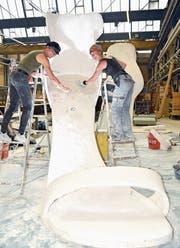 Brigitte Schneider und Susan Kopp arbeiten in der Werkhalle des Elementwerks Istighofen an ihren überdimensionalen High Heels aus Gips. (Bild: Mario Testa)