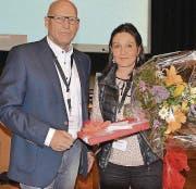 Die abtretende Sekretärin Nicole Eggenberger wurde von Präsident Herbert Bokstaller geehrt. (Bild: Alexandra Gaechter)