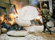 Ein US-Soldat schürt das Feuer an einem Haus in My Lai. (Bild: Ronald S. Haeberle/Getty (My Lai, 16. März 1968))