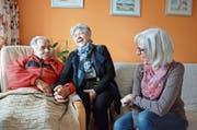 Judith Gätzi (rechts) kümmert sich seit zwei Jahren um pflegebedürftige Menschen. Migg und Elisa Gremlich sind froh über die Hilfe der Freiwilligen. (Bild: Christoph Heer)