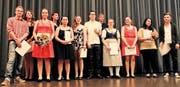 Ramona Hollenstein (mit Blumen) hat die beste Note der lernenden Bäcker-Konditoren erzielt. (Bild: pd)
