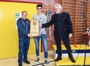 Beda Holenstein und Silvio Pöschel erhalten ein Anerkennungsgeschenk von Gemeindepräsident Claus Ullmann. (Bild: Peter Spirig)