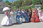 Am Bahnhof Heiden erwartet das Biedermeier-Empfangskomitee die ankommenden Gäste für den Dorfrundgang. (Bild: PD)