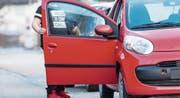 Mit dem Auto statt zu Fuss oder mit dem Velo: Elterntaxis sind ein Phänomen jüngster Zeit. (Bild: Urs Bucher)