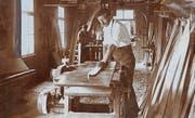 Ulrich Forrer aus Stein bei der Herstellung seiner Skimarke «Säntis». (Bild: Anonym/Toggenburger Museum)