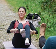 Fabienne Kuhn gibt Anleitungen zum Power-Yoga. (Bild: Yvonne Aldrovandi-Schläpfer)