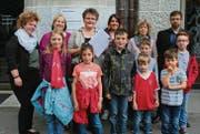 Ursula Egli mit der Petition in der Hand (Mitte) mit Mitgliedern des Elternforums und Kindern aus Rossrüti vor dem Departement in St. Gallen. (Bild: Chris Gilb)