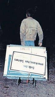 Uwe Genth nimmt nach dem Mauerfall Grenz-Schilder mit.