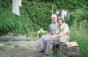 Doris und Peter Kolb im Garten vor ihrem Haus, wo sie sich zum ersten Mal ansahen. (Bilder: Andrea Stalder)